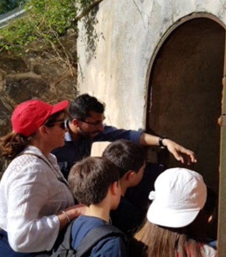 (L'assessore all'Ambiente Felice Casuscelli illustra ai ragazzi alcune fasi del processo di captazione dell'acqua)