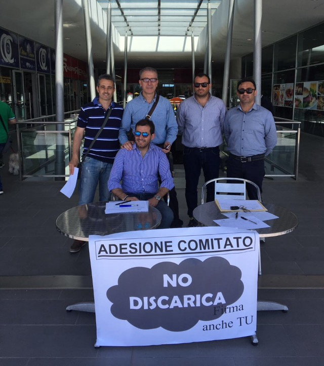 (I volontari del Comitato NO Discarica dei punti informativi attivati presso i due parchi commerciali)
