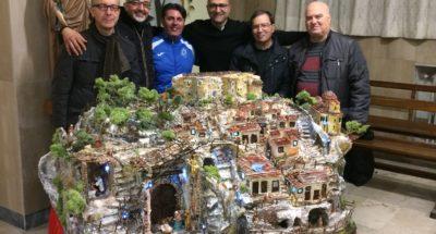 """(Don Fortunato Figliano con alcuni dei componenti la """"Bottega del Presepe"""" di Sant'Onofrio)"""