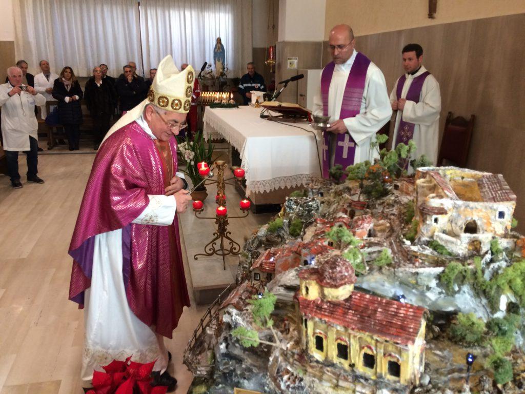 """Mons. Luigi renzo benediche il Presepe artistico della """"bottega"""" di S.Onofrio"""