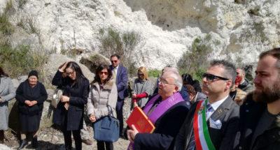 (Padre Andreacchio, Sindaco Solano e parenti vittime sul luogo del crollo della galleria)